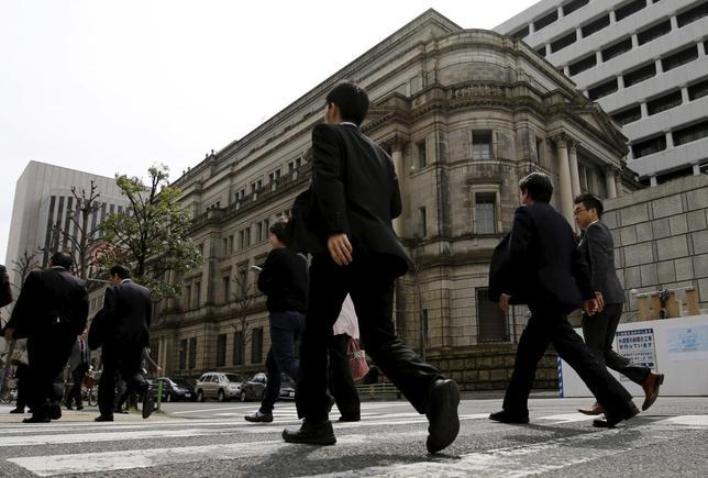 4月7日、日銀は公表した地域経済報告(さくらリポート)で各地企業の設備投資の動向を分析。「全体としては緩やかな増加基調をたどっている」としながらも、好調な業績との対比では設備投資に慎重な企業の声を整理した。写真は都内の日銀本店前で3月撮影(2016年 ロイター/Toru Hanai)