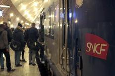 La SNCF pourrait annoncer lundi un accord mettant fin à plusieurs mois de litige sur le nombre de TGV devant emprunter la future ligne Sud Europe Atlantique (SEA), sur la base des 18,5 allers-retours par jour discutés actuellement avec le consortium Lisea, selon trois sources proches du dossier. /Photo prise le 8 mars 2016/REUTERS/Eric Gaillard