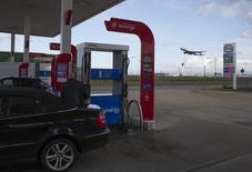 Una persona cargando combustible en una gasolinera de Esso en el aeropuerto de Heathrow en Londres, ene 30, 2016. La producción de los miembros de la Organización de Países Exportadores de Petróleo (OPEP) subirá este año y el próximo, afirmó Goldman Sachs, ya que no se espera que el organismo logre un acuerdo coordinado para congelar los volúmenes de extracción o un recorte del bombeo.   REUTERS/Paul Hackett