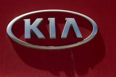 Логотип Kia Motors на здании завода в Мексике. Второй по объемам продаж в РФ автопроизводитель корейский Kia Motors увеличил продажи в марте 2016 года на 1,8 процента до 12.334 штук, следует из сообщения компании. REUTERS/Daniel Becerril