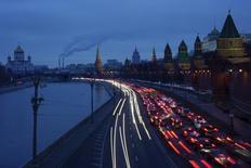 Машины на набережной у Кремля в Москве 19 февраля 2016 года. Экономика России, балансирующая между рецессией и стагнацией, лишь в третьем квартале может рассчитывать на рост в квартальном выражении, а за 2016 год снижение составит около 1,0 процента. REUTERS/Maxim Zmeyev