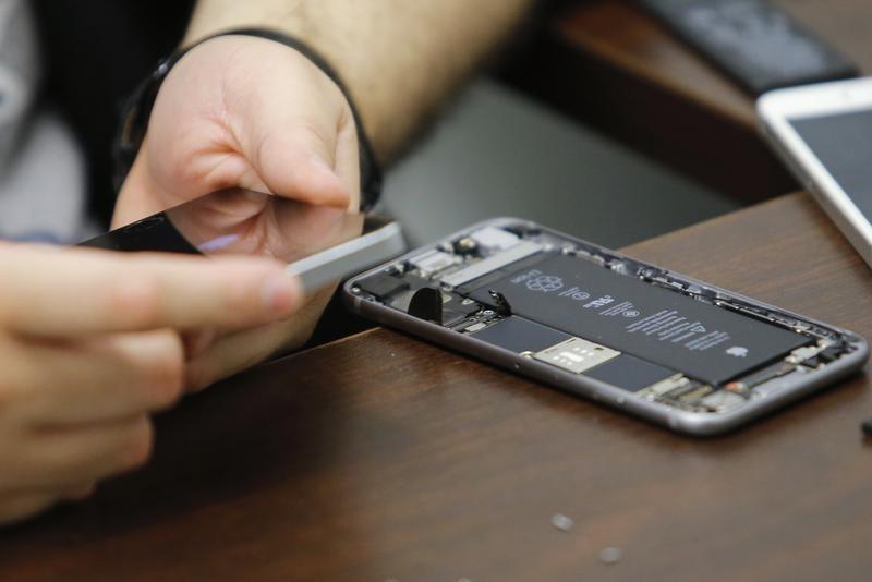 波士顿的美国法官命令苹果公司帮助执法检查iPhone