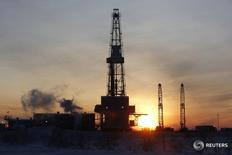 Буровая на Имилорском месторождении Лукойла под Когалымом 25 января 2016 года. Добыча нефти в России в 2016 году ожидается на уровне 536-540 миллионов тонн, сказал в пятницу первый замминистра энергетики Алексей Текслер. REUTERS/Sergei Karpukhin