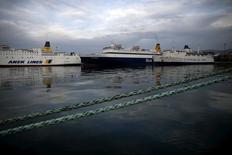 La Grèce a scellé vendredi la vente du port du Pirée à l'armateur chinois COSCO Shipping Corporation, sa deuxième grande privatisation depuis la fin de l'année dernière. Le contrat de vente s'élève à 368,5 millions d'euros. /Photo prise le 4 février 2016/REUTERS/Alkis Konstantinidis