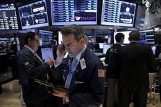Operadores trabajando en la Bolsa de Nueva York. 5 de abril de 2016. Los rendimientos de los bonos del Tesoro de Estados Unidos subieron desde mínimos en seis semanas el viernes debido a que un repunte en los mercados globales de acciones, un aumento de los precios del petróleo y comentarios de la jefa de la Reserva Federal alentaron la venta de bonos gubernamentales. REUTERS/Brendan McDermid