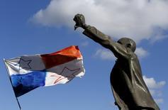 """Una bandera panameña ondea al viento cerca de la estatua del reformador social maltés previo a la independencia Manwel Dimech durante una manifestación para pedir la renuncia del primer ministro Joseph Muscat en La Valeta, Malta, el 10 de abril de 2016. Varios miles de personas llenaron una plaza en la capital de Malta el domingo y exigieron la renuncia de Muscat después de que las filtraciones de los """"Papeles de Panamá"""" indicaron que dos de sus aliados políticos tenían cuentas """"offshore"""". REUTERS/Darrin Zammit Lupi    MALTA OUT. NO COMMERCIAL OR EDITORIAL SALES IN MALTA"""