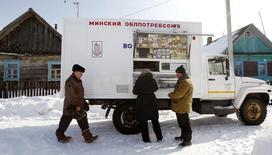 Передвижной фургон с продуктами питания в деревне Лужаны, в 80 километрах в западу от Минска, 21 марта 2013 года. Инфляция в Белоруссии в марте составила 0,8 процента по сравнению с 2,9 процента в предыдущем месяце, сообщил Белстат предварительные данные. REUTERS/Vasily Fedosenko