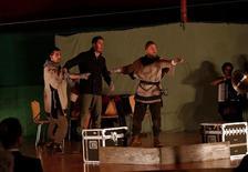 Atores da companhia teatral Globe Theatre durante apresentação em Cabul.   10/04/2016     REUTERS/ Omar Sobhani