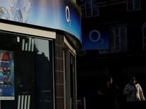 """L'autorité britannique des marchés et de la concurrence (CMA) a exprimé de sérieuses inquiétudes concernant le projet de rachat de la filiale mobile de Telefonica en Grande-Bretagne O2 par Hutchison et a appelé la Commission européenne à éviter de provoquer """"des dégâts durables"""" pour le marché britannique de la téléphonie mobile. /Photo prise le 23 janvier 2015/REUTERS/Darren Staples"""