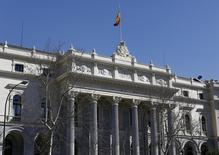 El Ibex-35 cerró el lunes en positivo con una subida del 0,8 por ciento gracias al impulso que el sector bancario le dio al mediodía, un cambio de tendencia que siguió la estela de las demás plazas europeas, tras haber comenzado la jornada en números rojos. En la imagen de archivo, vista del edificio de la bolsa de Madrid, el 3 de marzo de 2016. REUTERS/Paul Hanna