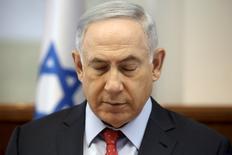 Премьер-министр Израиля Беньямин Нетаньяху закрыл глаза на заседании правительства в Иерусалиме 10 апреля 2016 года. Израиль нанёс десятки авиаударов по территории Сирии, сказал Нетаньяху. REUTERS/Gali Tibbon/Pool