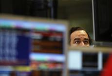 España colocó el martes algo más de 3.000 millones de euros en Letras a 3 y 9 meses, por encima del objetivo establecido esta semana, a tipos negativos, que fueron los más bajos de la historia en una de las dos referencias ofrecidas. En la imagen, un operador durante una subasta de bonos en Madrid, el 8 de noviembre de 2012. REUTERS/Andrea Comas