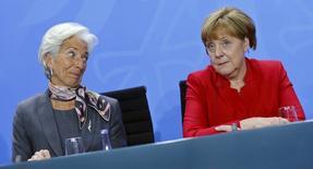 El Fondo Monetario Internacional recortó el martes su previsión de crecimiento mundial por cuarta vez en un año, citando la ralentización de China, los precios del petróleo persistentemente bajos y la debilidad crónica en algunas economías avanzadas. Imagen de Christine Lagarde, directora gerente del FMI y la canciller alemana Angela Merkel durante una rueda de prensa tras una reunión en la cancillería en Berlin, Alemania, el 5 de abril de 2016. REUTERS/Hannibal Hanschke