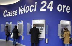 Люди у банкоматов в Милане 11 января 2013 года. Италия готовит $5,7 млрд в помощь слабым банкам. REUTERS/Alessandro Garofalo