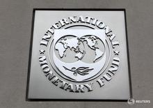 Логотип МВФ на здании фонда в Вашингтоне 18 апреля 2013 года. Международный валютный фонд во вторник ухудшил прогноз глобального роста, в четвертый раз за последние 12 месяцев, в связи с замедлением в Китае, сохранением низких цен на нефть и устойчивой слабостью развитых экономик. REUTERS/Yuri Gripas