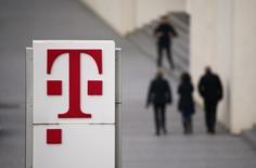 Le spécialiste des rachats d'entreprises Centerbridge s'est associé à Deutsche Telekom pour présenter une offre de rachat du groupe de paris sportifs Tipico, selon deux sources proches du dossier, alors qu'approche la date limite pour la soumission des offres. /Photo prise le 25 février 2016/REUTERS/Wolfgang Rattay