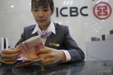 Les banques chinoises trustent les quatre premières places du classement des 100 plus gros établissements bancaires mondiaux, selon une étude publiée mercredi par S&P Global Market Intelligence. L'agence de notation, qui établit ce classement sur la base de la taille du bilan des établissements, place en tête l'Industrial & Commercial Bank of China (ICBC). /Photo prise le 132 avril 2016/REUTERS/Kim Kyung-Hoon