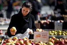 Una mujer compra manzanas en un mercado de agricultores, en Union Square, Nueva York. 20 de febrero de 2012. Los precios al productor de Estados Unidos cayeron en marzo inesperadamente, ya que un alza en los valores de la energía fue opacada por un declive en los costos de servicios, lo que apunta a una débil inflación que apoya el enfoque de cautela de la Reserva Federal para futuras alzas de tasas de interés. REUTERS/Andrew Burton