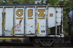 CSX, numéro trois du transport ferroviaire aux Etats-Unis, est une des valeurs à suivre mercredi à Wall Street. L'entreprise a déclaré que la baisse du transport de marchandises, notamment la chute de 31% du transport de charbon en volume, avait affecté ses résultats du premier trimestre et devrait peser sur ses comptes toute l'année. /Photo d'archives/REUTERS/Gary Cameron