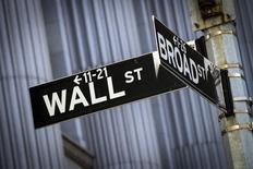 La Bourse de New York a débuté en hausse mercredi, profitant de chiffres jugés rassurants sur le commerce extérieur chinois et des résultats meilleurs qu'attendu du géant bancaire JPMorgan Chase & Co. Quelques minutes après le début des échanges, l'indice Dow Jones gagnait 0,62%. Le Standard & Poor's 500, plus large, progressait de 0,56% et le Nasdaq Composite prenait 0,65%. /Photo d'archives/REUTERS/Brendan McDermid
