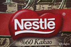 Логотип Nestle на продукции компании в её штаб-квартире в Веве 19 февраля 2015 года. Nestle подтвердила годовой прогноз органического роста в четверг и сообщила о превзошедшем ожидания увеличении продаж, главным образом за счёт повышения объёмов, а не цен. REUTERS/Denis Balibouse