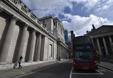 La Banque d'Angleterre (BoE), qui n'a pas modifié son taux d'intervention jeudi, a averti qu'une sortie du Royaume-Uni de l'Union européenne créerait une phase d'incertitude prolongée et affecterait probablement l'économie britannique à court terme, selon le compte-rendu de la dernière réunion de la banque.  /Photo prise le 29 mars 2016/REUTERS/Toby Melville