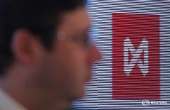 Логотип Московской биржи на форуме в Москве 12 апреля 2016 года. Российские фондовые индексы слегка корректируются в четверг с достигнутых накануне максимумов года, лучше рынка выглядят обыкновенные акции Башнефти. REUTERS/Maxim Shemetov