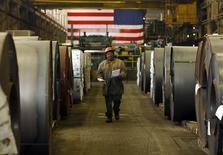 La production industrielle des Etats-Unis a baissé plus que prévu en mars, dernier témoin en date, après les ventes au détail, les dépenses des entreprises, le commerce extérieur et les stocks du commerce de gros d'un coup de frein marqué de la croissance économique au premier trimestre. La production a diminué de 0,6% le mois dernier comme en février. /Photo d'archives/REUTERS/Brian Snyder