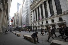 Personas caminan cerca de la Bolsa de Nueva York en el distrito financiero de la ciudad, Estados Unidos. 11 de marzo de 2014. La economía de Estados Unidos debería de crecer cerca de un 2 por ciento en 2016, porque las exportaciones netas contrarrestarán en parte el crecimiento del gasto del consumidor y la recuperación de los inventarios, dijo el viernes el equipo de economistas de la Reserva Federal de Nueva York. REUTERS/Brendan McDermid