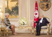 La directrice générale du Fonds monétaire international (FMI), Christine Lagarde , est reçu par le président tunisien, Beji Caï Essebsi. Le FMI) a conclu un accord de principe avec la Tunisie sur un plan d'aide d'un montant de 2,8 milliards de dollars (2,5 milliards d'euros) sur quatre ans, lié à la mise en oeuvre de réformes économiques. /Photo prise le 8 septembre 2015/REUTERS/Stephen Jaffe/FMI