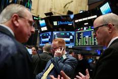 Трейдеры на Нью-Йоркской фондовой бирже. На этой неделе ожидается пик сезона корпоративной отчётности - вероятно, для американских компаний прошедший квартал стал самым слабым с 2009 года, и кое-кто рассчитывает что падение прибыли достигло дна.   REUTERS/Lucas Jackson