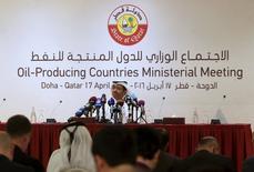 """Conférence de presse à Doha du ministre qatari de l'Energie, Mohammad bin Saleh Al Sada. Les discussions de Doha entre pays producteurs de pétrole membres de l'Opep ou extérieurs au cartel se sont achevées dimanche sans accord sur un """"gel"""" de la production, l'Arabie saoudite ayant exigé que l'Iran se joigne au mouvement. /Photo prise le 17 avril 2016/REUTERS/Ibraheem Al Omari"""