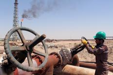 Un trabajador revisa la válvula de un oleoducto en una refinería en la ciudad iraquí de Basora, 17 de abril de 2016. Irán pidió el lunes a otros productores petroleros continuar con las conversaciones sobre un eventual congelamiento de la producción a fin de apuntalar los precios del crudo, aunque insistió en que está justificado que Teherán no congele su propio bombeo. REUTERS/Essam Al-Sudani