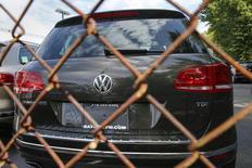 Автомобиль Volkswagen 2016 Touareg TDI в дилерском центре в Нью-Йорке. 21 сентября 2015 года. Немецкий автопроизводитель Volkswagen отзывает 44.055 автомобилей Volkswagen Touareg в России из-за возможной неисправности педалей, сообщил в понедельник Росстандарт. REUTERS/Shannon Stapleton