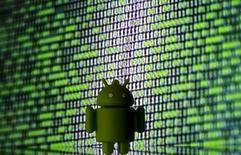 Напечатанный в 3D логотип Android на фоне двоичного кода. 22 марта 2016 года. Антимонопольный регулятор Евросоюза готовится выдвинуть обвинения против Google за злоупотребления в продвижении своих приложений, в частности поисковика и карт, в лицензионных соглашениях на дополнительное ПО с производителями мобильных телефонов с операционной системой Android, сообщили в понедельник четыре источника, знакомые с ситуацией. REUTERS/Dado Ruvic/Illustration