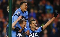 Jogadores do Tottenham Hotspur comemoram gol contra Stroke. 18/4/16.  Reuters / Darren Staples