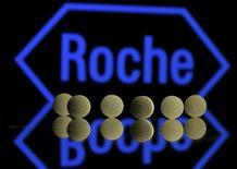 Таблетки Roche на фоне логотипа Roche. Швейцарская фармацевтическая компания Roche подтвердила во вторник, что намерена достигнуть годовых целей после того, как продажи в первые три месяца 2016 года выросли на 4 процента, превысив ожидания аналитиков. REUTERS/Dado Ruvic/Illustration/Files