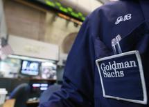 Goldman Sachs Group a fait état mardi d'un bénéfice en baisse pour le quatrième trimestre consécutif, la volatilité des marchés ayant à nouveau pénalisé ses activités sur le front obligataire et dans la banque d'investissement. /Photo d'archives/REUTERS/Brendan McDermid