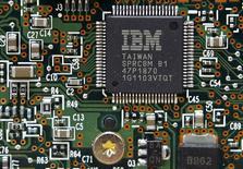 """IBM est une des valeurs à suivre à Wall Street lundi. Le groupe a réalisé au premier trimestre son plus mauvais chiffre d'affaires en 14 ans, les ventes de ses nouvelles activités comme l'informatique dématérialisée (""""cloud"""") ou mobile n'ayant pas permis de compenser le recul de ses activités traditionnelles. /Photo d'archives/REUTERS/Gleb Garanich"""