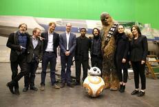 """Príncipes William e Harry ao lado de membros da saga """"Star Wars"""" durante visita em Londres.   19/04/2016       REUTERS/Adrian Dennis/Pool"""