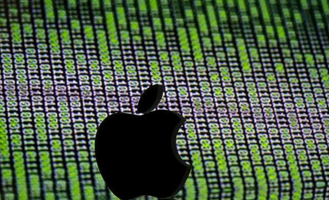 4月19日、米アップルのブルース・シーウェル上級副社長(法務担当)は、議会での証言で、中国当局からソフトの設計図に当たるソースコードの開示をここ2年間求められたが、拒否したと明らかにした。3月撮影(2016年 ロイター/Dado Ruvic/Illustration)