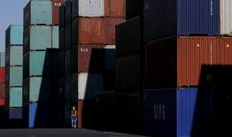 Un trabajador camina en el área de los contenedores en un puerto en Tokio, Japón. 25 de enero de 2016. Las exportaciones de Japón cayeron por sexto mes consecutivo en marzo en momentos en que la desaceleración del crecimiento en China, la baja demanda de componentes electrónicos para productos como el iPhone y el fortalecimiento del yen amenazan con frenar la recuperación económica del país. REUTERS/Toru Hanai/File Photo
