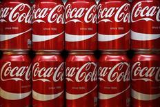 Latas de Coca Cola en una tienda en Londres. 16 de marzo de 2016. Las ventas de Coca-Cola Co cayeron por cuarto trimestre consecutivo, ya que el declive de la demanda de bebidas gaseosas en Europa y un dólar fuerte erosionaron el valor de las ventas en los mercados fuera de Estados Unidos, incluyendo América Latina. REUTERS/Stefan Wermuth