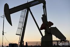 Станок-качалка Devon Energy Production Company близ Гатри 15 сентября 2015 года. Цены на нефть стабилизировались после снижения в четверг, поскольку Международное энергетическое агентство (МЭА) сообщило, что в 2016 году нефтедобыча в странах вне ОПЕК рекордно снизится, помогая восстановить баланс рынка, страдающего от избытка предложения. REUTERS/Nick Oxford