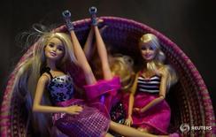 Куклы Barbie компании Mattel в Ханау 15 марта 2016 года. Производитель игрушек Mattel Inc отчитался о превысившем прогнозы квартальном убытке, виной чему слабые продажи кукол Barbie, Monster High и American Girl, а также утрата прибыльной лицензии Disney. REUTERS/Kai Pfaffenbach