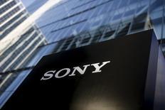 La firma japonesa de electrónica Sony Corp recortó en un 9,4 por ciento su estimación de beneficio para el ejercicio cerrado en marzo, ya que la desaceleración en las ventas mundiales de teléfonos inteligentes erosionó la demanda de sus módulos de cámara. En la imagen, el logotipo de Sony Corporation en su sede en Tokio, Japón, el 3 de marzo de 2016. REUTERS/Thomas Peter