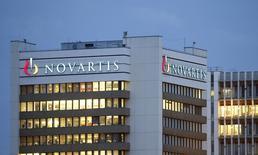 El logo del laboratorio suizo Novartis, en su sede en Basilea. 22 de octubre de 2013. La ganancia neta del negocio principal del laboratorio suizo Novartis cayó un 13 por ciento en el primer trimestre por el efecto de los vencimientos de patentes, un debilitado negocio del cuidado de la visión y las ventas pobres de su nuevo medicamento para el corazón. REUTERS/Arnd Wiegmann