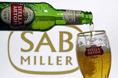 Ilustración fotográfica que muestra una botella de cerveza Stella Artois con el logo de SABMiller de fondo, tomada en Sarajevo, Bosnia y Herzegovina. 5 de noviembre de 2015. SABMiller vendió un 4 por ciento más de cerveza lager en su último trimestre que en mismo período del año previo gracias a un impulso mejorado en la segunda mitad de su año fiscal. REUTERS/Dado Ruvic