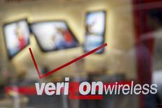 Verizon Communications a fait état jeudi d'une hausse moins marquée qu'attendu de son chiffre d'affaires trimestriel, conséquence des promotions mises en oeuvre pour attirer de nouveaux clients, et dit s'attendre à ce que la grève en cours dans ses activités de téléphonie fixe pèse sur les résultats du deuxième trimestre. /Photo prise le 12 mai 2015/REUTERS/Shannon Stapleton