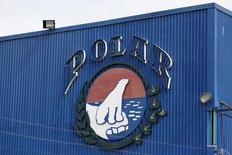 El logo corporativo de Empresas Polar visto en una de las instalaciones de la compañía en Caracas. 30 de julio de 2015. Polar, la mayor empresa privada de Venezuela, anunció el jueves que detendrá en 8 días su producción de cerveza por falta de materia prima. REUTERS/Carlos Garcia Rawlins